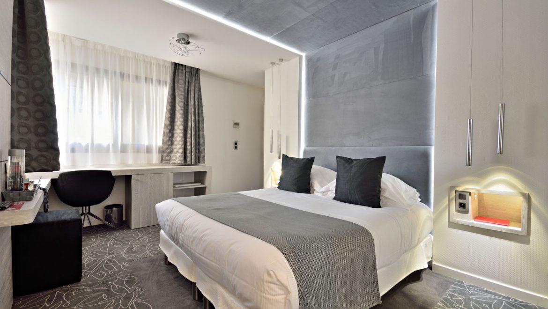 hotel-cezanne-cannes-superior-room-desk-black